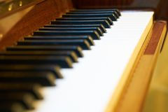 Sluit omhoog van klassiek pianotoetsenbord stock foto's