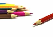 Sluit omhoog van kleurenpotloden met verschillende kleur Stock Fotografie