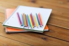 Sluit omhoog van kleurpotloden of kleurenpotloden Stock Afbeeldingen