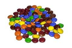 Sluit omhoog van kleurrijk met een laag bedekt chocoladesuikergoed royalty-vrije stock foto's