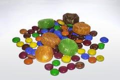 Sluit omhoog van kleurrijk met een laag bedekt chocoladesuikergoed royalty-vrije stock foto