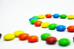 Sluit omhoog van Kleurrijk Suikergoed met het Knippen van Weg Stock Afbeelding