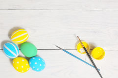 Sluit omhoog van kleurrijke paaseieren in een mand Borstel en verf Royalty-vrije Stock Afbeelding