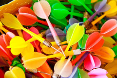 Sluit omhoog van kleurrijke plastic pijltjes Royalty-vrije Stock Afbeeldingen