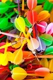 Sluit omhoog van kleurrijke plastic pijltjes Stock Afbeelding