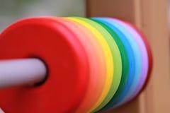Sluit omhoog van kleurrijke regenboog houten cirkels op de speelplaats Stock Afbeelding