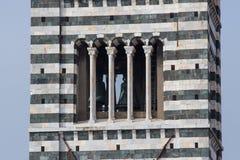 Sluit omhoog van Klokketoren van Duomo-Di Siena De mening van Romaanse stilistische patronen op Campanile Toscanië, Italië Stock Fotografie