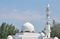 Sluit omhoog van koepel en toren van drijvende moskee in Kuala Terenggan Stock Foto's