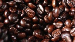 Sluit omhoog van koffiebonen die in molenmachine vallen stock footage