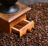 Sluit omhoog van koffiemolen en grinded koffie royalty-vrije stock fotografie