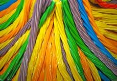 Sluit omhoog van kommen met een grote selectie van verschillend gekleurd zacht suikergoed worden gevuld dat Kleurrijk suikergoedk stock foto