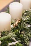 Sluit omhoog van komstkroon met witte kaarsen op Kerstmis royalty-vrije stock fotografie