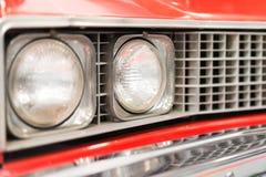 Sluit omhoog van Koplamp van Rode Klassieke Auto Royalty-vrije Stock Foto's