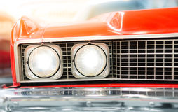 Sluit omhoog van Koplamp van Rode Klassieke Auto Stock Fotografie
