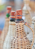Sluit omhoog van korfflesflessen met maïskolfstop bij herinneringsmarkt in Roemenië Stock Fotografie