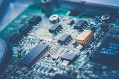 Sluit omhoog van Kringen Elektronisch op Mainboard-van de Achtergrond technologiecomputer logicaraad, cpu-motherboard, Hoofdraad, stock afbeeldingen