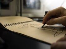 Sluit omhoog van kunstenaarshand het schilderen met grafietkleurpotlood Stock Foto