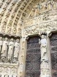Sluit omhoog van kunstwerk en gravures in Notre Dame Cathedral, Parijs, Frankrijk Stock Afbeeldingen