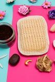 Sluit omhoog van kuuroord en schoonheidsschoonheidsmiddelenproducten op kleurrijke blauwe en roze achtergrond Het lichaam en het  royalty-vrije stock foto