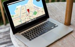 Sluit omhoog van laptop computer op lijst bij hotel Stock Foto