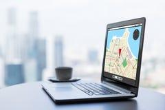 Sluit omhoog van laptop en koffiekop op bureaulijst Royalty-vrije Stock Afbeelding