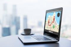 Sluit omhoog van laptop en koffiekop op bureaulijst Stock Afbeeldingen