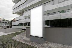 Sluit omhoog van lege banner naast wit modern commercieel centrum het 3d teruggeven Royalty-vrije Stock Afbeeldingen