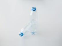 Sluit omhoog van lege gebruikte plastic flessen op lijst Royalty-vrije Stock Afbeelding