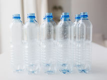 Sluit omhoog van lege gebruikte plastic flessen op lijst Stock Foto