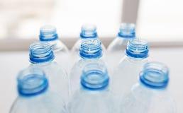 Sluit omhoog van lege gebruikte plastic flessen op lijst Stock Afbeelding
