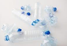 Sluit omhoog van lege gebruikte plastic flessen op lijst Stock Foto's