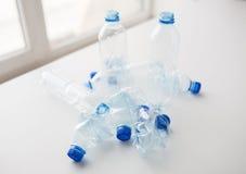Sluit omhoog van lege gebruikte plastic flessen op lijst Royalty-vrije Stock Foto's