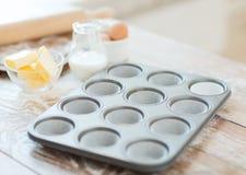 Sluit omhoog van lege muffinsvormen Stock Afbeeldingen