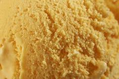 Sluit omhoog van Lepel van heerlijk echt vers roomijs in Mangoaroma Stock Foto