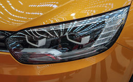 Sluit omhoog van lichte koplamp van de gele luxueuze sportwagen stock foto's