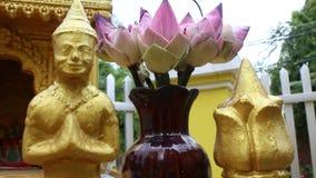 Sluit omhoog van lokaal geesthuis in Zuidoost-Azië; camerabegin op goud figur stock video