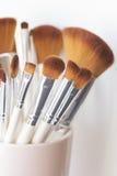 Sluit omhoog van make-upborstels Royalty-vrije Stock Afbeeldingen