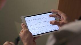 Sluit omhoog van mannelijke de tabletpc van de artsenholding stock video