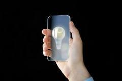Sluit omhoog van mannelijke hand met transparante smartphone Stock Fotografie