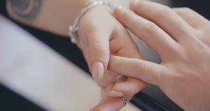 Sluit omhoog van mannelijke handen die manicure krijgen stock video