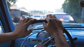 Sluit omhoog van mannelijke handen die op een stuurwiel van oude retro auto houden en zenuwachtig vingers onttrekken Onherkenbare stock video