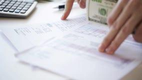 Sluit omhoog van mannelijke handen met geld controlerend rekeningen stock video