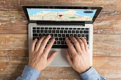 Sluit omhoog van mannelijke handen met laptop het typen Stock Afbeelding