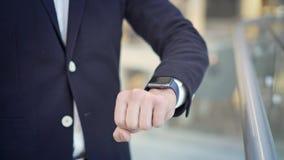 Sluit omhoog van mannelijke vinger die aan de linkerzijde op smartwatch jatten stock footage