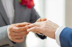 Sluit omhoog van mannelijke vrolijke paarhanden en trouwring Royalty-vrije Stock Foto