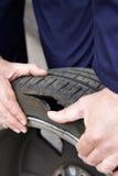 Sluit omhoog van Mechanische Examining Damaged Car-Band royalty-vrije stock afbeeldingen
