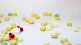 Sluit omhoog van Medische Pillen, Tabletten, Capsules en Drugs die aan een Witte Lijst vallen stock videobeelden