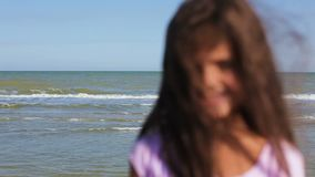 Sluit omhoog van meisje het glimlachen aangezien zij de camera onderzoekt stock footage
