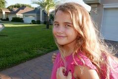 Sluit omhoog van meisje het glimlachen met haar rugzak, die naar school gaan royalty-vrije stock fotografie