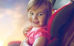 Sluit omhoog van meisjezitting in miniatuurautozetel royalty-vrije stock fotografie
